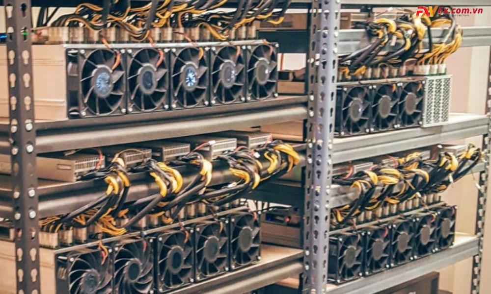 các hình thức nào kẻ tấn công thường sử dụng để lợi dụng máy tính người dùng để đào coin
